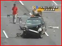 4車線の高速道路の真ん中で何かしていた男性に後続のトラックが突っ込む(@_@;)