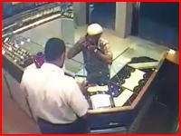 武器がでけえ・・・。宝石店強盗に撃ち殺されてしまった店主の監視カメラの映像。
