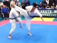 空手の試合で開始2秒の衝撃K.O.鋭い後ろ回し蹴りが顔面にバチーン!と炸裂。