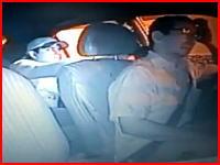 極悪すぎる・・・。後部座席からドライバーの後頭部を撃ちぬいてお金を盗む。