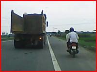 夫婦2人乗りのバイクがトラックにモロに轢かれてしまうショッキングな事故の映像
