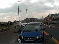 えええ!?どうした。香川県で対向車のフィットが車線を逸れて突っ込んでくる車載