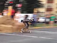 スケボーレースの痛そうなクラッシュ映像二つ。逃げる方向を誤ってドーン。