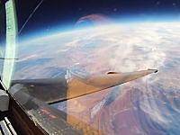 飛行機で上空21キロメートルまで上昇するとまるで宇宙を飛んでいるみたい。