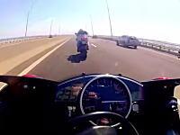 マジキチ警報。ホンダのバイク2台が橋の上でフルスロットルバトル。R6 vs R1