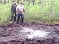これは見た目より危ない気がする動画。泥だまりに飛び込んだ男性が・・・。