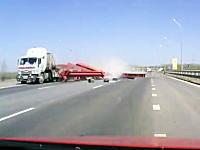 豪快な荷崩れ動画。何トンもある鉄骨を巻き散らかしてしまったトラックあぶい。