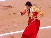 スペインの闘牛でマタドール3人が全員負傷して35年ぶりに興行中断に動画。