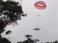 上空で故障した軽飛行機が安全装置のおかげで墜落したけど助かった動画。