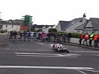 公道バイクレースでクラッシュしたライダーが危篤に。その瞬間のビデオがヤバい。