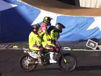 世界初!4人乗りバイクでバックフリップに成功。中国雑技団もビックリ動画。