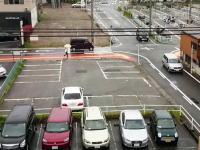 駐車場に完全に隠れている覆面パトカー。簡単に捕まる指定場所一時不停止の違反