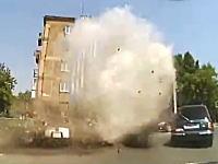 バックギアに入れるのはええwww走行中に突然マンホールが爆発した時の対処方法