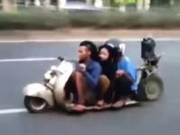 低いwww低すぎるwwwローライダーすぎるスクーターが撮影される。曲がれるのか?