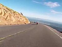 これは不運すぎる。パイクスピーク練習走行中に空からホンダが降ってきたら避けられない