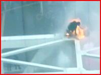 新宿の焼身自殺⇒失敗の映像がめちゃ怖い(((゚Д゚)))ガソリンを被って火を付けた。