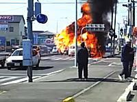 路上で車が炎上⇒爆発⇒の時に横を通った軽バンに火が燃え移る(@_@;)
