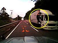 新居浜市で走行中のトラックの運転席にしがみ付く男性の姿が撮影される。