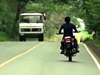 バイクで居眠り運転?フラフラしていたバイクがトラックと正面衝突。飲酒運転?