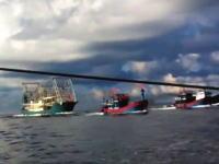 ベトナムの漁船が中国の大型船に体当たりされて沈没した時の映像が公開される。