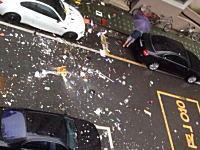 夫婦喧嘩?でマンションの部屋から物を投げまくり。下の駐車場が大変な事に・・・。