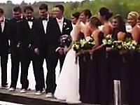 ゆっくりと沈んでいく新郎の友人たち。結婚式の記念撮影で助かったのは4人だけ。