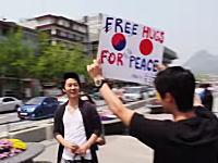 日本人が韓国でフリーハグズしてみた動画がFacebookで人気になっている。