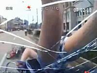 後ろの姉ちゃん・・・。二人乗りのバイクが突っ込んでくる車載ビデオ。正面衝突。