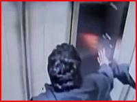 最強に怖いエレベーター事故の映像。乗った途端に扉が閉まる前に動きだしそのまま猛スピードで・・・。