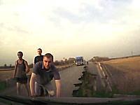 あっぶねえ。渡ろうとした橋が突然崩壊!ギリギリの所で難を逃れた車載動画。