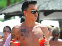 海外セレブのゲイカップルの水着が凄いとネットで話題に。TOWIEボビー・ノリス