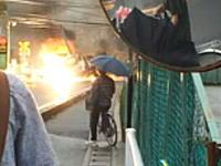 東武東上線の踏み切りで送電線に接触したトラックが爆発炎上事故の映像が撮影されていた。
