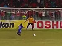 さすがに卑怯だろwwwサッカーのペナルティキックでキーパーを演技で欺く選手w