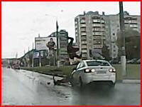 サンキュー事故の不幸と幸運。二人乗りのバイクがぶっ飛ばされて後ろの人が・・・。