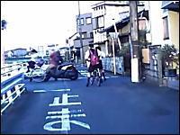 狭い道で「止まれ」の標識を無視した女子高生とスクーターの接触事故の瞬間。