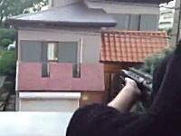 千葉のアパートから通行人に向けてエアガンを発射するクソガキの動画が話題に。