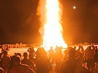 アメリカで高さ30メートル以上ある超巨大な焚火に飛び込んだ男が死亡。そのビデオ。