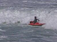 あっぶな!海でカヤックに乗っていた女性が波に押されて消波岩に激突(@_@;)