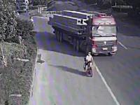 これは怖すぎる。積荷が運転席を突き破って前に飛び出す恐ろしい事故の映像。