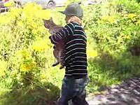 悲劇のニャン太郎。少年の拘束から逃れたい一心で走り出したニャンコが・・・。