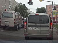 信号待ちの車に衝突を繰り返していた車が赤信号の交差点に侵入してどーん。