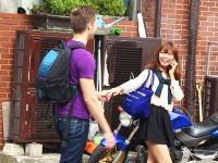イケメン外人「日本での簡単なナンパの方法」後ろからそっと近づいて手を繋いだら余裕ww