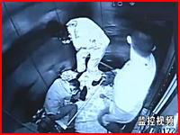 エレベーターの中で暴漢が見ず知らずの人たちをめった刺し。密室の暴漢。