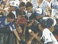 プロ野球選手が子供に渡したボールを全力で奪い取る大人の映像が酷すぎると話題