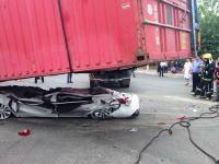 トレーラー横転でコンテナに潰されて完全ペシャンコ状態の車の中に生存者が。