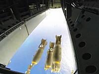 B-52戦略爆撃機が孤島を爆撃する様子を武器庫ハッチカメラから。爆弾投下。