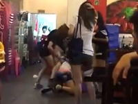 女5人が集団リンチ。の場に駆け付けた男1が全員をフルボッコにするLLビデオ。