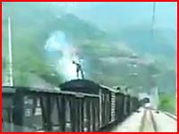 電車の屋根に乗っていた男性が架線に触れてバーン!と感電してしまう瞬間
