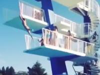 躊躇しちゃったのか。飛び込み台からの高飛び込みに失敗した女性が痛い事に・・・。