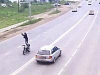 馬鹿な男。バイクのシートの上に立って「ヤウェーイ!」をやっていた男が・・・。